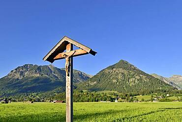 Wayside cross in the Lorettowiesen, view of the mountains near Oberstdorf, Rubihorn 1937 m, Gaisalphorn 1953 m, Schattenberg 1721 m, Allgaeu Alps, Allgaeu, Bavaria