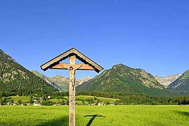 Cross in the Lorettowiesen, view to the mountain Riefenkopf 1748 m near Oberstdorf, Allgaeu Alps, Allgaeu, Bavaria, Germany, Europe
