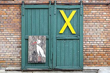 """A yellow """"""""X"""""""", symbol of resistance against nuclear waste transports in the Wendland, on a farm gate in the Rundlingsdorf Kuesten, district of Luechow-Dannenberg, Lower Saxony, Germany, Europe"""