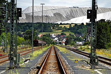 Salt dump, potash mining, railway tracks, Kolonnenweg, Lochplattenweg, Gruenes Band, border trail, former German-German border, Philipsthal, Werratal, Hersfeld-Rotenburg district, Hesse, Germany, Europe