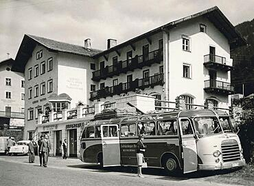 Summer holiday in 1960: German coach on the way to (South Tyrol) (Italy) (Tyrol) (Austria), in front of the Gasthof Reschen Scheideck, today Hotel am Reschensee. The Reschen Pass crosses the main Alpine ridge and separates the Oetztal Alps in the east from the Sesvenna Group in the west. It connects the Vinschgau Valley with the Upper Inn Valley, Italy, Europe