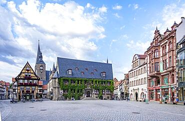 Cafe, town hall, market church St. Benediktii and half-timbered houses on the market square of Quedlinburg, Saxony-Anhalt, Germany, Europe