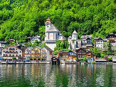 Village view of Hallstatt on Lake Hallstatt with Catholic church, Salzkammergut, Dachstein region, Upper Austria, Austria, Europe