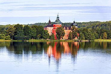 Gripsholm Castle reflected in Lake Maelaren, Lake Maelaren, Mariefred, Straengnaes, Soedermanlands laen, Sweden, Europe