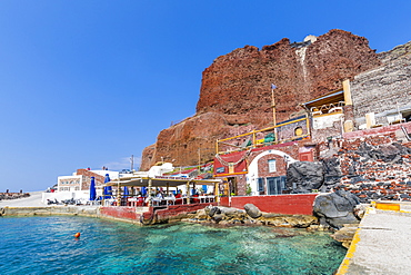 View of al fresco restaurant in little harbour, Santorini, Cyclades, Aegean Islands, Greek Islands, Greece, Europe