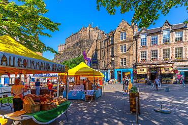 View of market stalls on Grassmarket overlooked by Edinburgh Castle, Edinburgh, Lothian, Scotland, United Kingdom, Europe