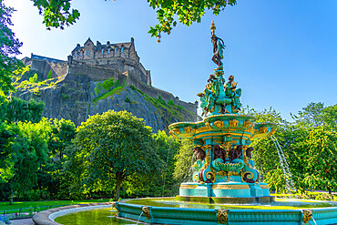View of the Ross Fountain and Edinburgh Castle, West Princes Street Gardens, Edinburgh, Lothian, Scotland, United Kingdom, Europe