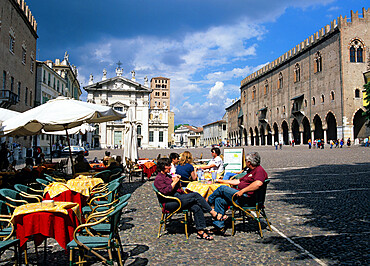 Cafe scene in the Piazza Sordello with the Palazzo Ducale and Duomo, Mantua, Lombardy, Italy, Europe