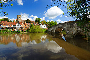 Village and medieval bridge over the River Medway, Aylesford, near Maidstone, Kent, England, United Kingdom, Europe