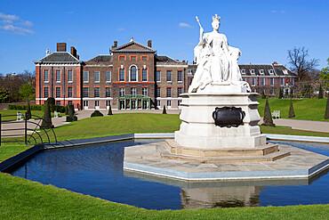 Kensington Palace and Queen Victoria statue, Kensington Gardens, London, England, United Kingdom, Europe