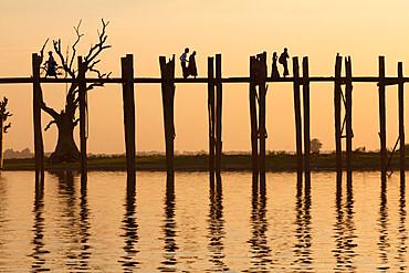 U Bein's Bridge on Taungthaman Lake at sunset, Amarapura, Mandalay, Myanmar (Burma), Asia