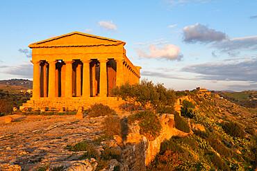 Tempio di Concordia (Concord) at sunset, Valle dei Templi, UNESCO World Heritage Site, Agrigento, Sicily, Italy, Europe