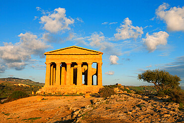 Tempio di Concordia (Concord) at sunset, Valle dei Templi, UNESCO World Heritage Site, Agrigento, Sicily, Italy, Europe