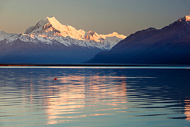 Mount Cook and Lake Pukaki at sunrise, Mount Cook National Park, UNESCO World Heritage Site, Canterbury region, South Island, New Zealand, Pacific