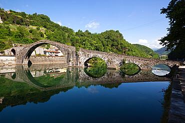 Medieval bridge of Ponte della Maddalena on the River Serchio, Borgo a Mozzano, near Lucca, Garfagnana, Tuscany, Italy, Europe
