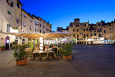 Restaurants in the evening in the Piazza Anfiteatro Romano, Lucca, Tuscany, Italy, Europe