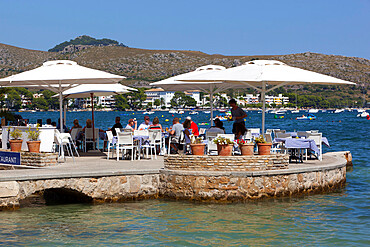Waterfront restaurant, Port de Pollenca (Puerto Pollensa), Mallorca (Majorca), Balearic Islands, Spain, Mediterranean, Europe