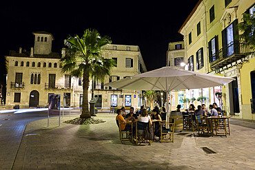 Cafe scene at night in the old town, Placa del Princep, Mahon, Menorca, Balearic Islands, Spain, Europe