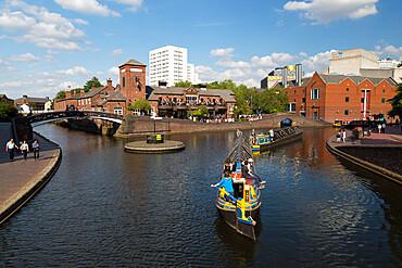 Old Turn Junction on the Birmingham Canal and The Malt House pub, Birmingham, West Midlands, England, United Kingdom, Europe