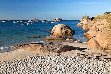 White sand beach and pink rocks, Tregastel-Plage, Cote de Granit Rose, Cotes d'Armor, Brittany, France, Europe