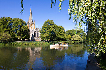 Holy Trinity Church, Shakespeare's burial place, on the River Avon, with tour boat, Stratford-upon-Avon, Warwickshire, England, United Kingdom, Europe