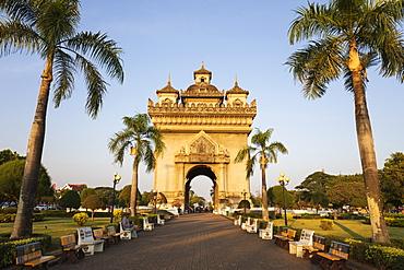 Patuxai Victory Monument (Vientiane Arc de Triomphe), Vientiane, Laos, Indochina, Southeast Asia, Asia