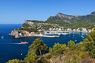 View over bay and harbour, Port de Soller, Mallorca (Majorca), Balearic Islands, Spain, Mediterranean, Europe