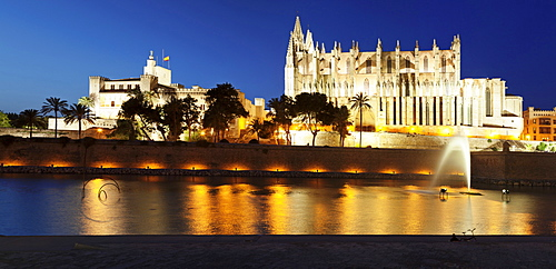 Cathedral of Santa Maria of Palma (La Seu) and Almudaina Palace at Parc de la Mar at night, Palma de Mallorca, Majorca (Mallorca), Balearic Islands, Spain, Mediterranean, Europe