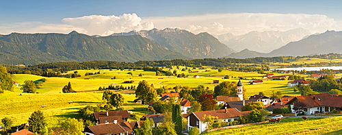 View from Aidlinger Hoehe over Aidling to Wettersteingebirge and Zugspitze mountain, Upper Bavaria, Bavarian Alps, Bavaria, Germany, Europe