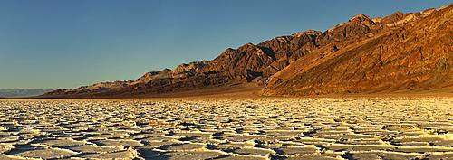 Badwater Basin bei Sonnenuntergang, Death Valley Nationalpark, Kalifornien, USA