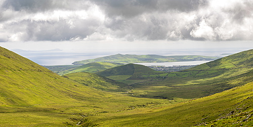 Winding road leading to pass, Connor Pass, Dingle Peninsula, County Kerry, Munster province, Republic of Ireland, Europe