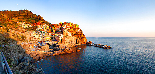 Picturesque village of Manarola in Cinque Terre, UNESCO World Heritage Site, province of La Spezia, in the Liguria region, Italy, Europe