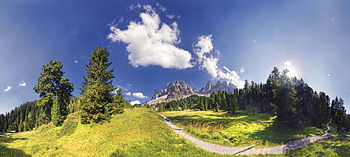 360° panoramic view of the Adolf Munkel Weg trail, with the Geisler Mountains and the Villnoesstal valley, Puez-Geisler Nature Park, province of Bolzano-Bozen, Italy, Europe