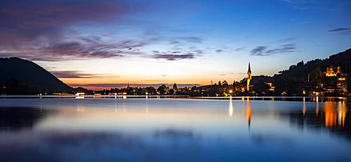 Place Schliersee with parish church St. Sixtus, reflection in the lake, sunset, Schliersee, Upper Bavaria, Bavaria, Germany, Europe