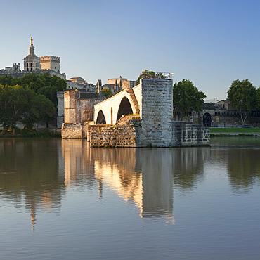 Bridge St. Benezet over Rhone River with Papal Palace behind, UNESCO World Heritage Site, Avignon, Vaucluse, Provence-Alpes-Cote d'Azur, France, Europe