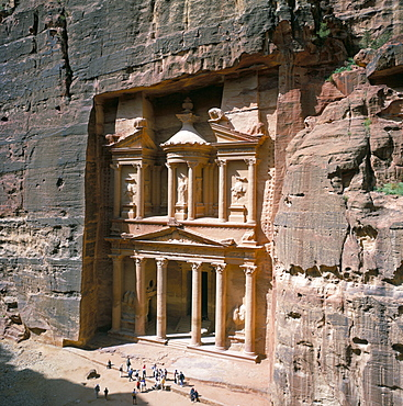 The Treasury (Khaznat Far'oun), dating from the 1st century BC, at end of Siq, Nabatean archaeological site, Petra, UNESCO World Heritage Site, Jordan, Middle East