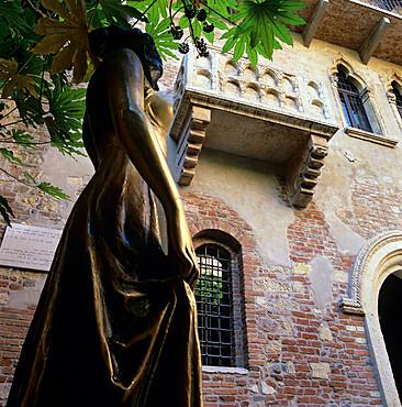 Juliet's balcony and statue, Verona, UNESCO World Heritage Site, Veneto, Italy, Europe