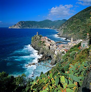 View of the Cinque Terre village of Vernazza, UNESCO World Heritage Site, Liguria, Italy, Mediterranean, Europe