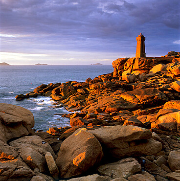 Ploumanach lighthouse on the Cote de Granit Rose (Pink Granite Coast), Cotes d'Armor, near Perros-Guirec, Brittany, France, Europe