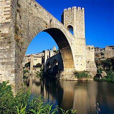 Medieval bridge, Besalu, Catalunya (Costa Brava), Spain, Europe