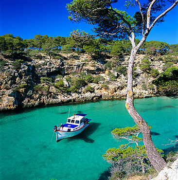 Boat anchored in rocky inlet, Cala Pi, Mallorca, Balearic Islands, Spain, Mediterranean, Europe