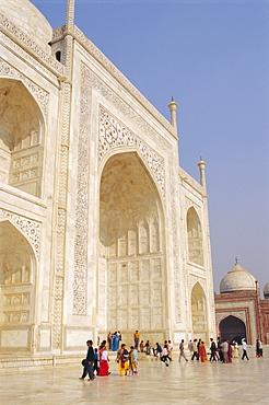 The Taj Mahal, built by the Moghul emperor Shah Jehan (Jahan) for his wife Mumtaz Mahal, Agra, Uttar Pradesh, India