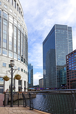 Shopping, restaurants and cafes around the Middle Dock, Canary Wharf, Docklands, London, England, United Kingdom, Europe