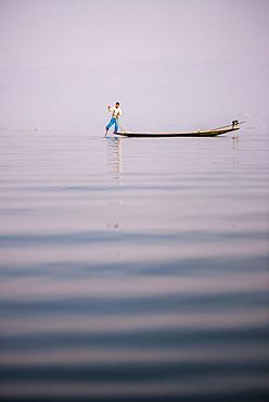 Inle Lake Fisherman (Intha Fisherman), near Nyaungshwe, Shan State, Myanmar (Burma), Asia