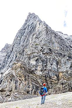 Climber in front of the Herzogkante on the Laliderer Northface, Lalidererspitze, Hinterriss, Ahornboden, Karwendel, Bavaria, Germany
