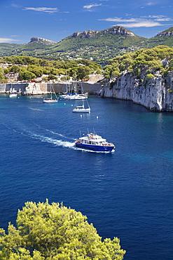 Excursion boat, Les Calanques de Port-Miou, National Park Calanque de Port-Pin, Cassis, Provence, Provence-Alpes-Cote d'Azur, Southern France, France, Mediterranean, Europe
