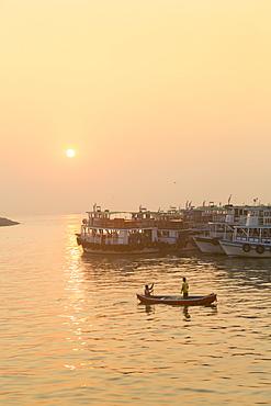 A fishing boat on the Arabian Ocean in front of the Gateway of India, Mumbai, Maharashtra, India, Asia
