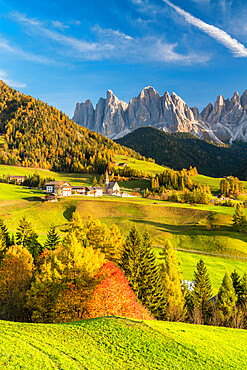 Sunset over the Odle Group and village of Santa Magdalena in autumn, Funes Valley, Dolomites, Bolzano, South Tyrol, Italy, Europe