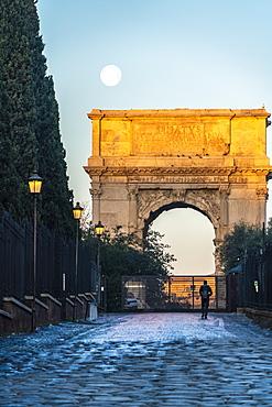 Tourist admiring the Arco di Tito triumphal arch, Imperial Forum, UNESCO World Heritage Site, Rome, Lazio, Italy, Europe
