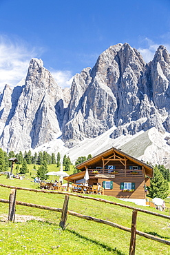 Malga Casnago (Gschnagenhardt) hut with the Odle in background, Val di Funes, South Tyrol, Dolomites, Italy, Europe